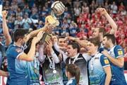 Zum dritten Mal in Folge und zum sechsten Mal insgesamt halten Amriswils Volleyballer die Cup-Trophäe in den Händen. (Bild: Adrien Perritaz/KEY)
