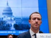 Facebook-Chef Mark Zuckerberg hat sich in Gastbeiträgen für verschiedene Zeitungen für eine international abgestimmte Regulierung im Internet ausgesprochen. (Bild: KEYSTONE/AP/ANDREW HARNIK)