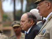 Inmitten einer Protestwelle gegen die Führung des Landes hat Algeriens altersschwacher Präsident Abdelaziz Bouteflika am Sonntag eine neue Regierung ernannt. (Bild: KEYSTONE/AP/ANIS BELGHOUL)