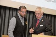 Friedrich Häcki (rechts), Präsident der kantonalen Schützengesellschaft Obwalden, im Gespräch mit Adrian Christen, Präsident der Schützengesellschaft Kägiswil. (Bild: Richard Greuter, Lungern, 29.März 2019)