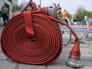 Die Feuerwehr konnte mit ihrem Einsatz ein Übergreifen der Flammen auf benachbarte Gebäude verhindern. (Bild: KEYSTONE/GAETAN BALLY)