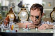 Scharfer Blick und ruhige Hand: Martin Spöring bei der Arbeit an einem Uhrwerk.