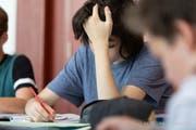 Eine neue Studie des Bundesamts für Gesundheit zeigt: In zwei von drei Klassenzimmern beeinträchtigt die Luftqualität die Leistung der Schülerinnen und Schüler. (Bild: KEY)