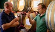 Graf Eberhard von Toggenburg (links) und Marketingleiter Lukas Schmittner bei der Weinverkostung auf dem Gut Poggio Rozzi in der Toscana. (Bild: PD)