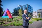 Helvetia-Chef Philipp Gmür vor dem Hauptsitz des Versicherers in St.Gallen. (Bild: Urs Bucher (18. August 2017))