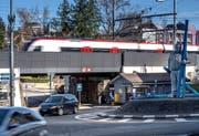 Der dreigleisige Bahnübergang beim Kreuzstutz besteht aus drei separaten Brücken, die nun erneuert werden sollen. (Bild: Pius Amrein, Luzern, 5. März 2019)