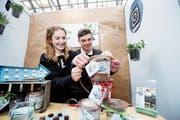 Die Kantonsschüler Estelle Amrein und Luca Hauser haben das Miniunternehmen Bake 'n' Plant gegründet.