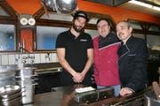 Von links: Jorge Gaspar mit den Köchen Jose Mota und Justino Matilde in der Küche des «Oliveira's». (Bild: Sandra Ziegler, Luzern, 6. März 2019)