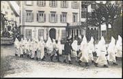 An der Schwyzer Fasnacht 1927 sorgte eine Ku-Klux-Klan-Gruppe offenbar noch nicht für einen Aufschrei. (Bild: Aus dem Buch «Gruss aus Schwyz. Ansichtskarten erzählen Geschichte aus Schwyz, Ibach, Seewen und Rickenbach»)