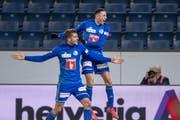 Pascal Schürpf und Ruben Vargas (rechts) feiern das 2:0. Zwei weitere Tore sollten noch folgen. (Bild: Urs Flüeler / Keystone, Luzern, 6. März 2019)