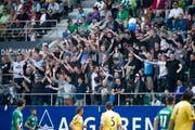 Luzerner Fans auf der Gegentribüne in St.Gallen. Einige Minuten später wurden sie von der St.Galler Polizei in den Gästesektor eskortiert. (Bild: Urs Jaudas, 2. September 2013)