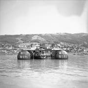 Sommer 1952: Über Wochen zieht sich die aufwendige Bergung des B-17G-Bombers aus den Tiefen des Zugersees mittels Schwimmtanks und Seilwinden hinweg.