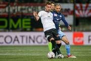 Sergio Cortelezzi, Wils Torschütze zum 1:0 (vorne), gegen den Winterthurer Granit Lekaj.Bild: Marc Schumacher/Freshfocus