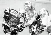 Alex Chatelain (Mitte), heute Sportchef des SC Bern, im Zweikampf mit einem Gegenspieler des EHC Olten. (Bild: Mario Gaccioli, 21. Februar 1998)