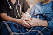 Ein Krienser Ehepaar betreut den Bruder der Frau seit Wochen ohne Spitex-Betreuung. (Bild: Symbolbild: Getty)