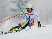 Wendy Holdener kommt mit den schwierigen Bedingungen im Norden Tschechiens gut zurecht - Mikaela Shiffrin ist indes abermals schneller (Bild: KEYSTONE/AP/GIOVANNI AULETTA)
