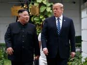 Solche Bilder wird es vermutlich bald wieder geben. Laut dem US-Aussenminister Mike Pompeo könnte es zu einem dritten Gipfeltreffen zwischen US-Präsident Donald Trump (rechts) und Nordkoreas Machthaber Kim Jong Un (links) kommen. Hier die beiden Politiker beim 2. Gipfeltreffen im Februar. (Bild: KEYSTONE/AP/EVAN VUCCI)