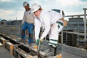 Die junge Handwerkerin Alischa Fähndrich fühlt sich wohl auf der Baustelle. Bild: Christian Herbert Hildebrand (Zug, 27. März 2019)