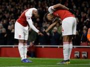 2:0-Torschütze Alexandre Lacazette (links) bedankt sich bei Vorbereiter Pierre-Emerick Aubameyang (Bild: KEYSTONE/AP/KIRSTY WIGGLESWORTH)