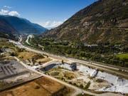 Ein Sanierungsfall: Die ehemalige Deponie Gamsenried bei Visp im Oberwallis enthält rund 1,5 Millionen Kubikmeter chemische Produktionsrückstände. (Bild: Keystone/VALENTIN FLAURAUD)