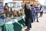 Besucher des Ostermarktes stöbern am Stand von Daniela Scherrer. (Bild: Markus Bösch)