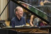 Adrian Oetiker spielt auswendig, die Noten legt er sich trotzdem immer hin - hier während einer Probe mit dem Jugendorchester der Kantonsschule Wattwil. (Bild: Hanspeter Schiess)