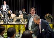 Die SVP-Delegiertenversammlung beschloss in Amriswil Stimmfreigabe zur Staf; im Bild Parteipräsident Albert Rösti und der Amriswiler Stadtpräsident Martin Salvisberg. (Bild: Andrea Stalder)