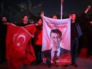Anhänger des Oppositionskandidaten Ekrem Imamoglu, der bei der Bürgermeisterwahl in Istanbul in Führung liegt, feiern ihren Kandidaten. (Bild: KEYSTONE/EPA/ERDEM SAHIN)