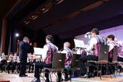 Suso Stoffel dirigiert die Musikgesellschaft Märstetten an ihrem Unterhaltungswochenende. (Bild: Werner Lenzin)