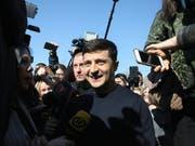 Im Kampf um das Präsidentenamt in der krisengeschüttelten Ukraine kommt es zur Stichwahl zwischen dem Komiker Wladimir Selenski (Bildmitte) und Amtsinhaber Petro Poroschenko. (Bild: KEYSTONE/APA/APA/HERWIG HÖLLER)
