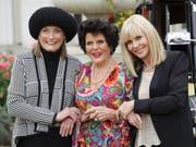 Tania Mallet (links), hier zusammen mit Eunice Gayson (Mitte) und Britt Ekland (rechts) posieren im September 2012 in London. Mallet, die im James-Bond-Film «Goldfinger» die Geliebte des Geheimagenten spielte, starb Ende März 2019 im Alter von 77 Jahren. (Bild: Keystone/AP Invision/Jonathan Short)