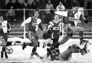Ein Bild vom Dezember 1990: Ciriaco Sforza (rechts) wird von Lugano-Spieler Mauro Galvao vom Ball getrennt. (Bild: Keystone)