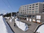 Bei der Säntis-Luftseilbahn wird in den kommenden Wochen die Stütze repariert, die im Januar durch eine Lawine beschädigt worden war. Auf der Schwägalp, wo auch das Hotel «Säntis» beschädigt wurde, liegt derzeit noch meterhoch Schnee. (Bild: Säntis-Schwebebahn)