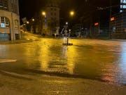 Die Situation am frühen Morgen: Die Strassen mussten wegen des Wassers gesperrt werden. (Bild: Stadtpolizei St.Gallen)