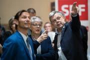 Oliver Imfeld (links), Angela Lüthold und Franz Grüter von der SVP-Parteileitung analysieren im Luzerner Regierungsgebäude eintreffende Wahlresultate. (Bild: Philipp Schmidli, 31. März 2019)