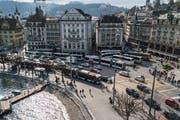 Beim Schwanenplatz wird im September der definitive Deckbelag eingebaut. (Bild: Boris Bürgisser, Luzern, 27. März 2019)