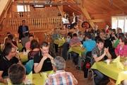 Toni Hässig (hinten stehend) lobt die Freiwilligenarbeit am ersten Dankeschönanlass der Gemeinde Oberhelfenschwil. (Bild: Cecilia Hess-Lombriser)