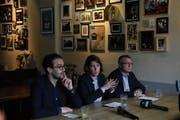 Die SP-Parteispitze mit David Roth (links), Priska Lorenz und Jörg Meyer informiert im Café Meyer die Medien. (Bild: Nadia Schärli (Luzern, 1. April 2019))