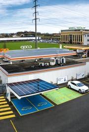 2018 hat die WWZ AG in Rotkreuz die erste Photovoltaik-Anlage der Region mit einer Schnellladestation in Betrieb genommen. Bild: PD