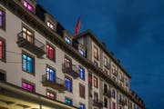 Grund für den mittlerweile beigelegten Streit: Die bunt beleuchteten Fenster des Hotels Schweizerhof. (Bild: Pius Amrein, Luzern, 30. August 2016)