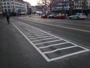 Die neuen Zweirad-Parkplätze auf dem Trottoir entlang der Nordseite des St.Galler Marktplatzes. (Bild: Reto Voneschen - 31. März 2019)