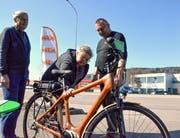 Beat Hausammann (rechts) von Bike and More erklärt den Besuchern das E-Bike mit Bambusrahmen. (Bild: Christoph Heer)