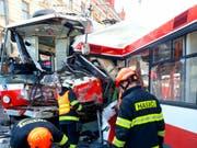Rettungskräfte sind in der tschechischen Stadt Brünn im Einsatz, nachdem ein Bus und ein Tram frontal zusammengestossen sind. (Bild: KEYSTONE/AP/HZS JMK)