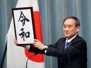 Die japanische Regierung hat am Montag den mit Spannung erwarteten Slogan der neuen Kaiserära bekanntgegeben. (Bild: KEYSTONE/AP/EUGENE HOSHIKO)