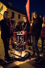 Stolz trägt die Mädchengruppe die Latäri. Sie wird später im Tobelbach schwimmen.