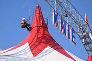 Arbeiten in luftiger Höhe: Selbst die Aufbauarbeiten auf dem Dach des Zelts gleichen einer artistischen Zirkusnummer. (Bild: Gianni Amstutz)