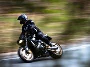 Mit 195 km/h in der Tempo-80-Zone unterwegs: Ein Motorradfahrer geriet am Wochenende in Lömmenschwil SG in eine Geschwindigkeitskontrolle der Polizei. (Bild: Keystone/DPA/PETER STEFFEN)