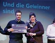 Der Sieger: Nicolas Heini von Firstcar.ch posiert stolz mit der Steinhauser Gemeinderätin Carina Brüngger. (Bild: Stefan Kaiser (Steinhausen, 9. April 2019))