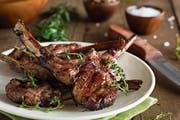Ein Klassiker der Schaffleischzubereitung: Lammkoteletts. (Bild: Getty)