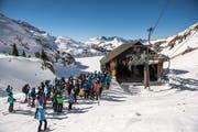 Anstehen, um transportiert zu werden: Wintersportler bei der Talstation des Engstlenlifts im Skigebiet Engelberg-Titlis. (Bild: Roger Grütter, 17. Februar 2019)